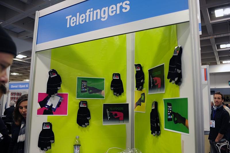 左と中央の写真はTelefingersのもの。同様の製品は会場内にいくつかあり、プロトタイプ(写真右)を出展していたメーカーもあった。こちらの発売時期や価格は未定。競合があるという点でも、来年の冬までにはかなりの製品が出揃いそうな気配である