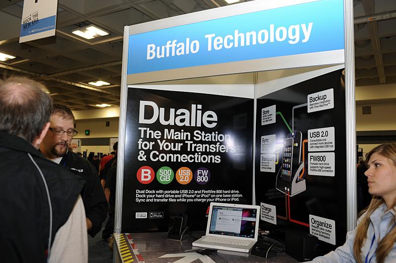 全米200店舗ほどのApple直営店であるApple Storeと、オンラインのApple Storeで先行販売が始まったバッファローの「DUALIE」。Macworld会場でも紹介されていた。現在は、日本のApple Storeでも予約受付が始まっている