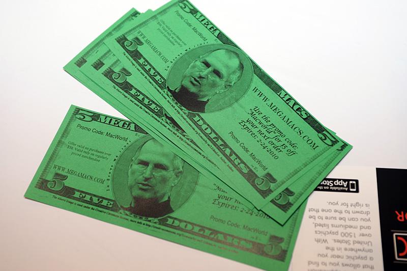 新紙幣? 展示会場の入り口付近にゲリラ的に置いてあった5ドル分の割引券。記載されている通販サイトはMacworldの出展者ではない。ちなみに、オーダー時に記載されているプロモーションコードを入力することで割引が受けられるようだ