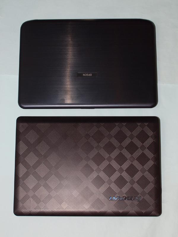 NA501E(上)とIdeaPad U350(下)。同じ13.3型液晶だけに、底面積はほぼ等しい