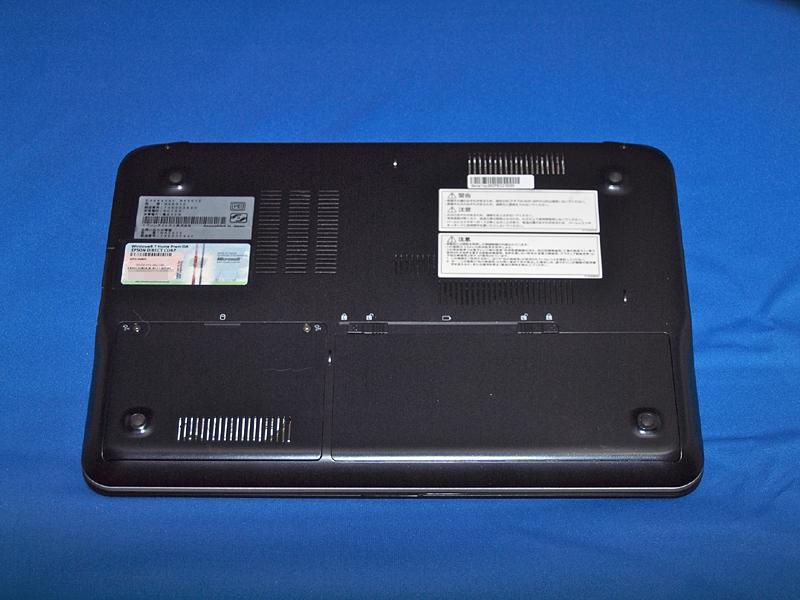 底面にあるのはバッテリベイ(右手前)とストレージデバイスベイ(左手前)のみで、簡単にメモリスロットにアクセスすることはできない