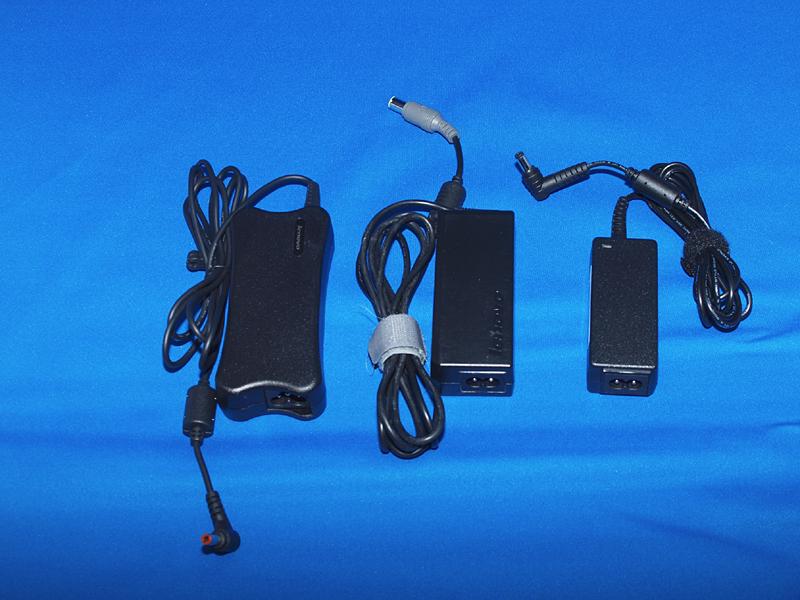 左からIdeaPad U350、ThinkPad X200、そしてNA501EのACアダプタ。軽量なだけでなく小型化にも配慮されている