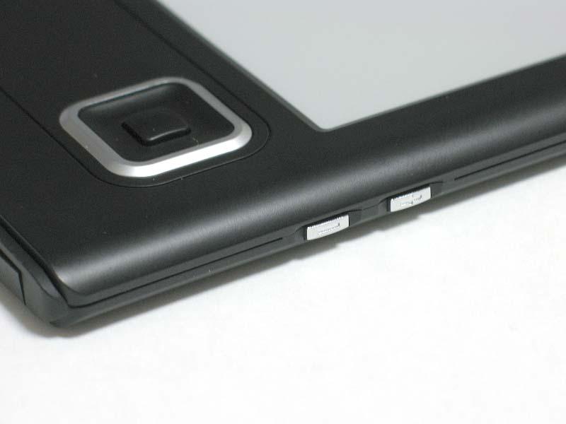 右側面には、フォントサイズ変更のための+/-ボタンを備える。MP3再生時には音量調節の役目も果たす