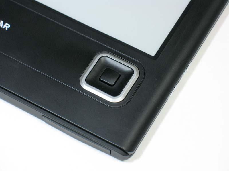 ナビボタン。携帯電話のキーと同様、上下左右への移動および決定の操作が行なえる