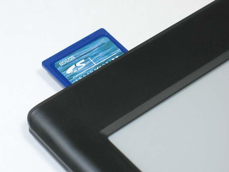 SDカードは4GBまで対応とされている。なお本製品はMP3プレーヤー機能も搭載しており、コンテンツを表示しながら音楽を楽しむこともできる