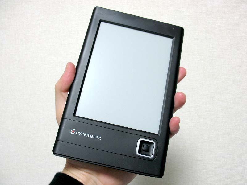 手で持ったところ。Kindleに比べると幅が狭いため、片手で充分につかめる