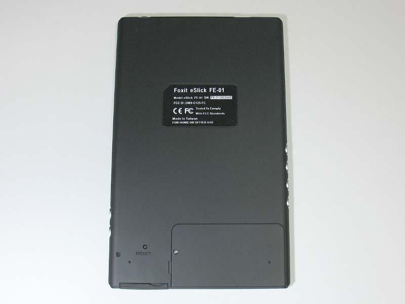 本体背面下部にはリセットボタンを装備。USBケーブルやSDカードの着脱時にまれにハングアップするので、その際に利用する