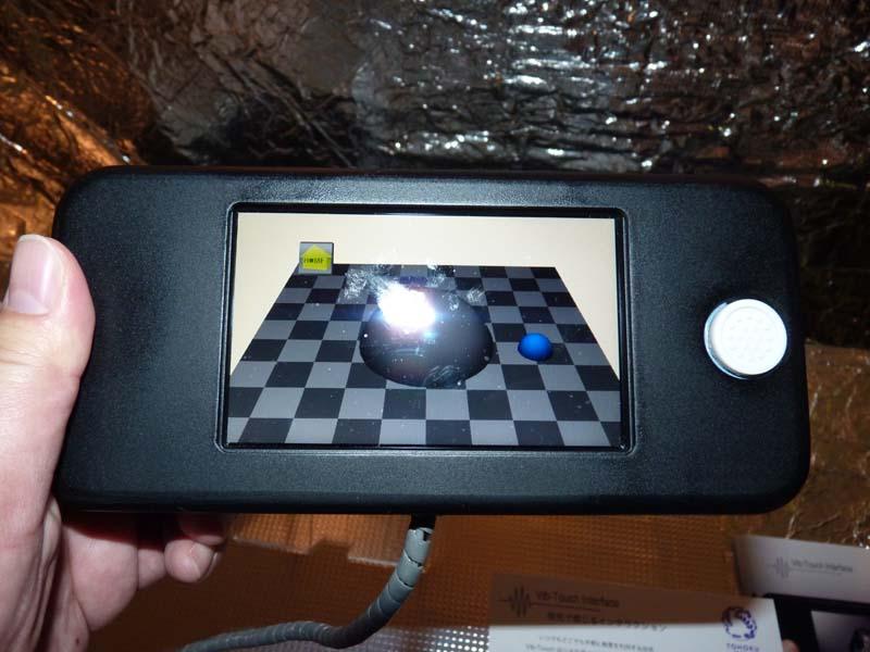 画面上の物体を乗り越えるような動きを、右指への振動刺激で提示する