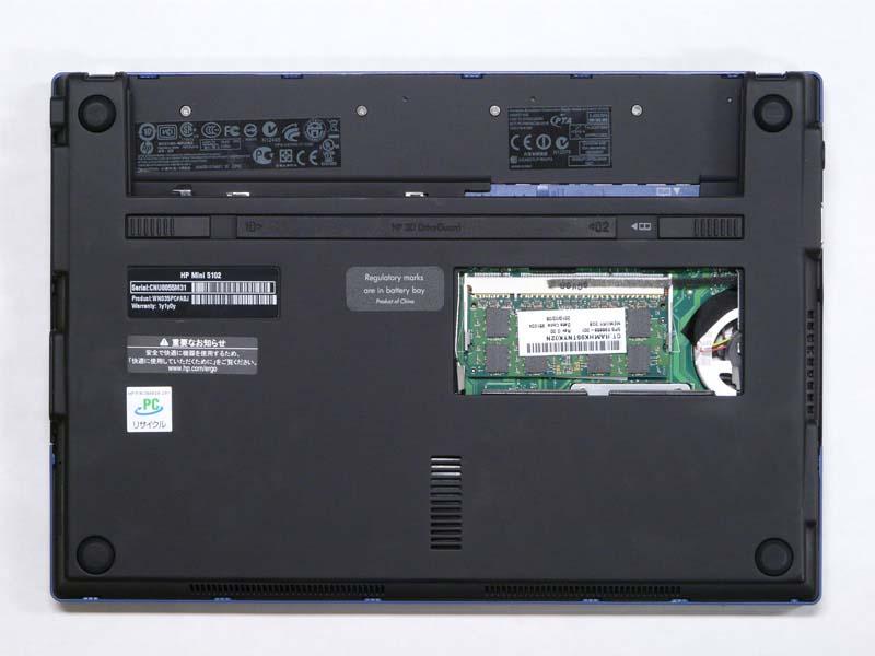 小さいパネルの下にはメモリが入っているが、既に最大の2GBなので特に入れ替える必要は無い。HDDなど他の部分にはアクセスできない