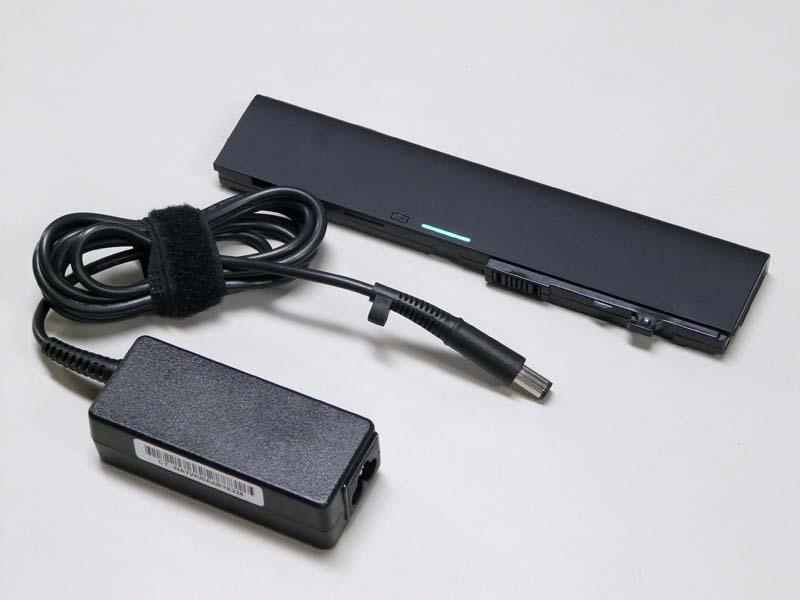 ACアダプタがミッキータイプなのが惜しいところ。バッテリは残量をLEDで4段階表示できる