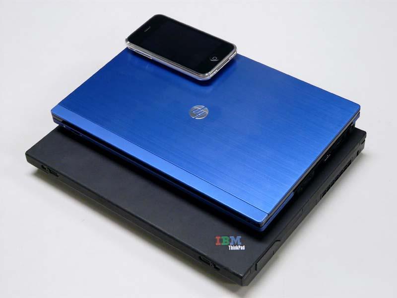 TinkPad X31とiPhone 3GSとの比較。10.1型パネル搭載機なのでさすがに小さい。重量も1.2kg切っているので持ち運びはかなり助かる