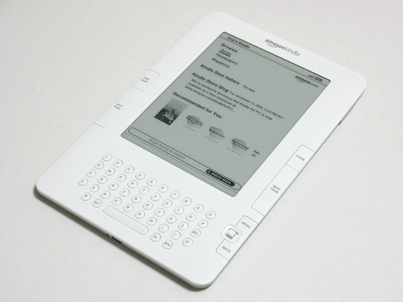 Amazonの電子書籍端末「Kindle」(左)と「Kindle DX」。Kindleは2世代目でKindle2と通称される。すでに国内でも販売が始まっている