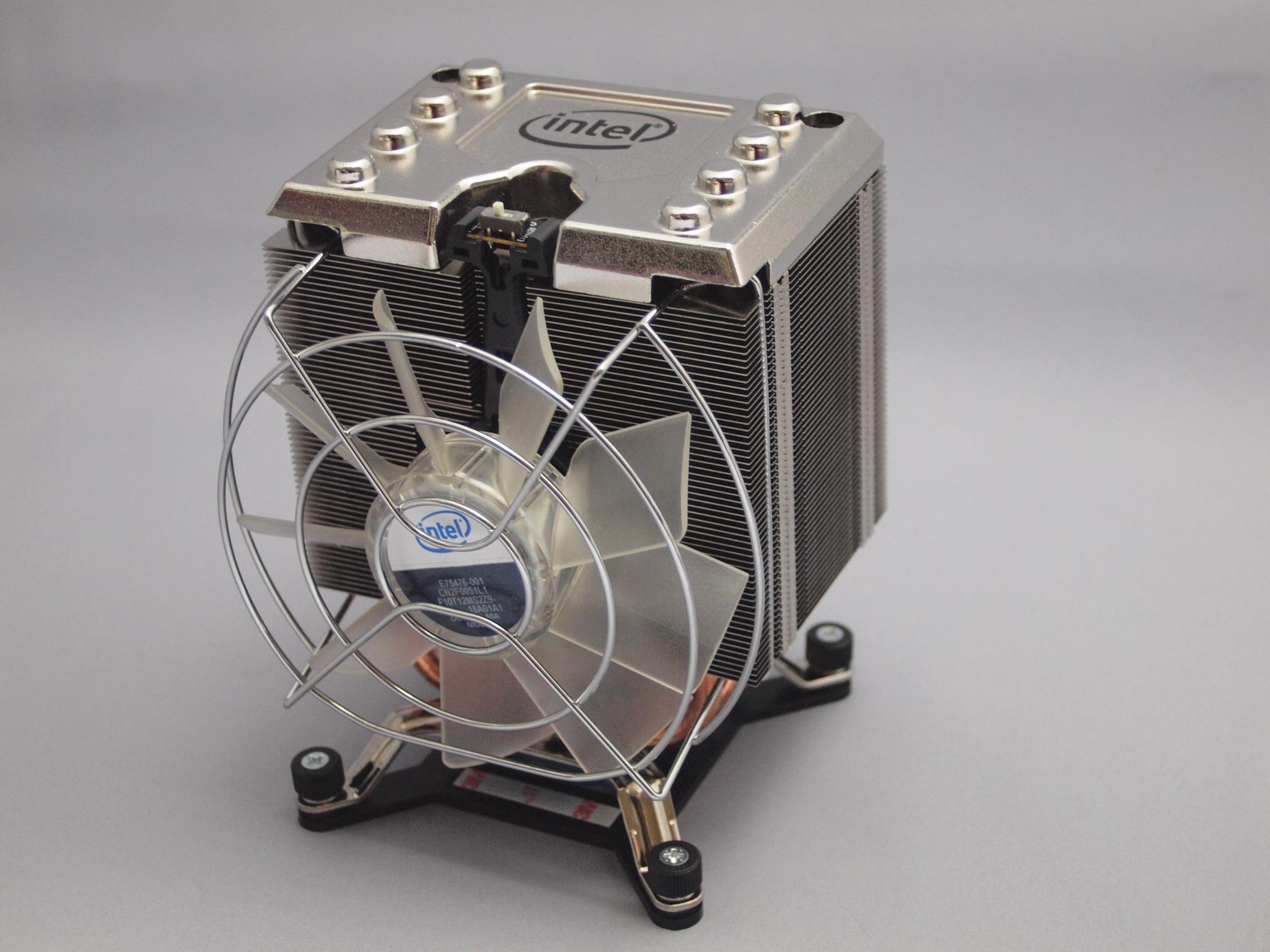 Core i7-980Xのリテールヒートシンク。サイドフロー式になった。ファンの上にモード切替スイッチがある
