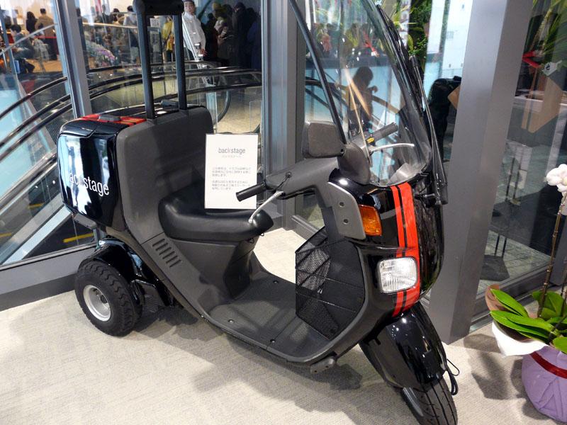 訪問サポートに迅速に対応できるように三輪スクーターを導入。いまは1台だが、3台体制とする