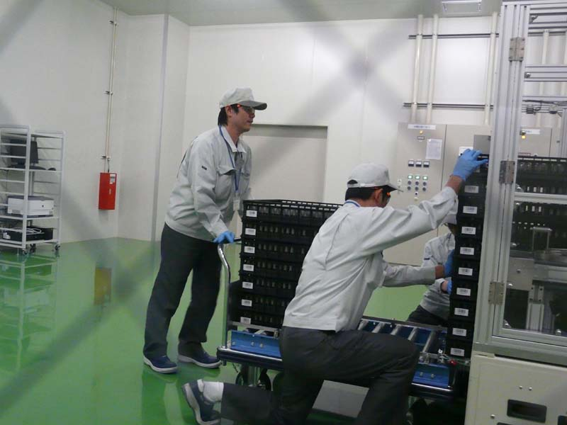 ラインから完成したリチウムイオン電池を取り出す