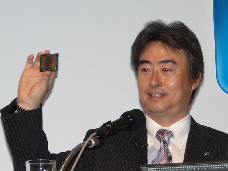 Xeon 7500を紹介するインテル吉田社長