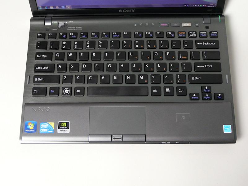 本体色はブラック、キーボードは英字配列。指紋センサー、FeliCaポートも追加