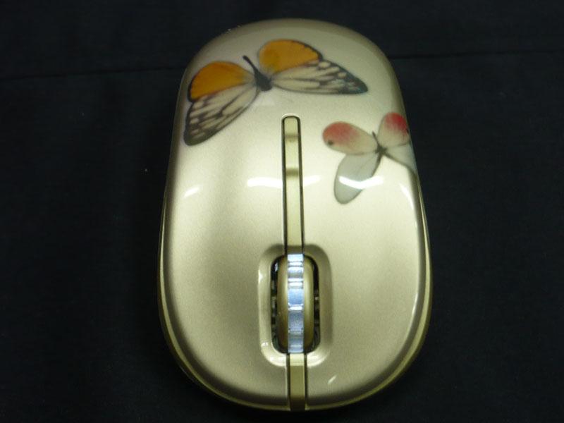 付属のワイヤレスマウスも蝶