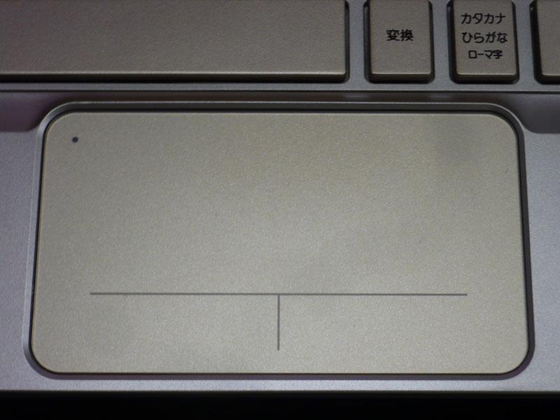 タッチパッドはボタン一体型。左上の●をダブルタップすると、パッドのon/offができる