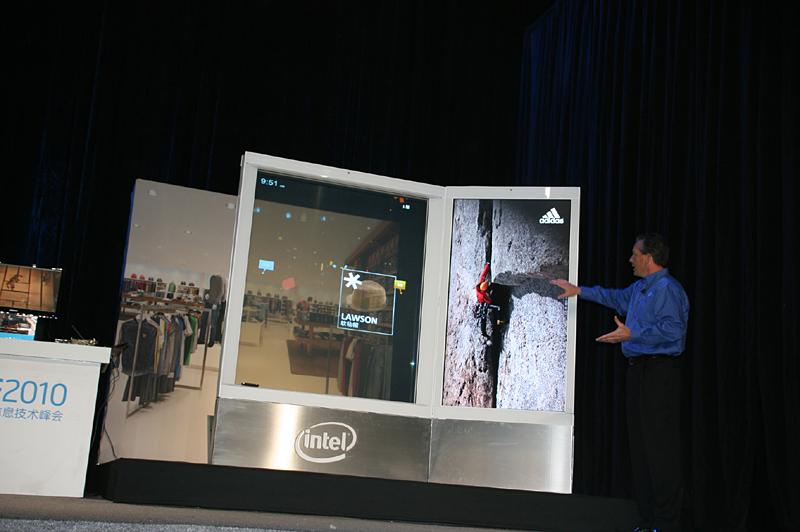 デジタルサイネージのデモ。液晶ディスプレイでHDビデオを流しながら、透過型タッチパネルで商品などを表示したりが可能に