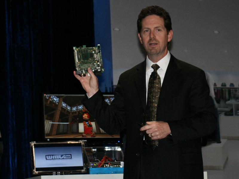 デイビス氏が手に持つのは車載用Atomのマザーボード