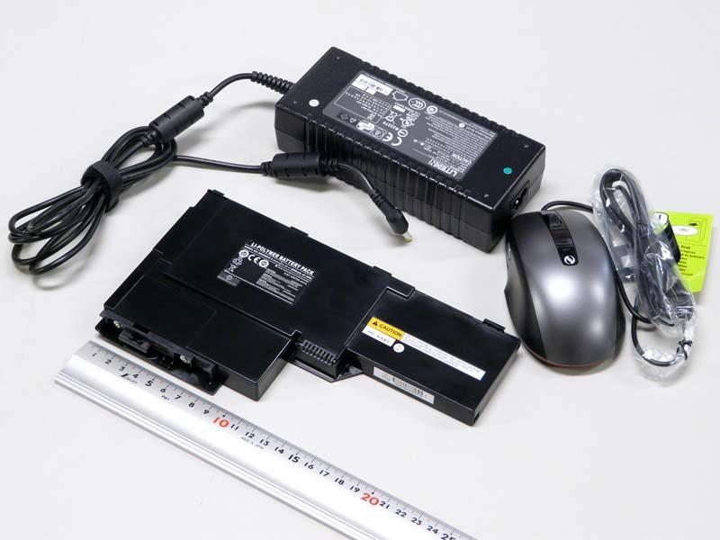 ACアダプタは巨大だ。コネクタはミッキータイプ。バッテリは11.1v、3,800mAh、42.18Wh。マイクロソフト「SideWinder X3 Mouse」が付属