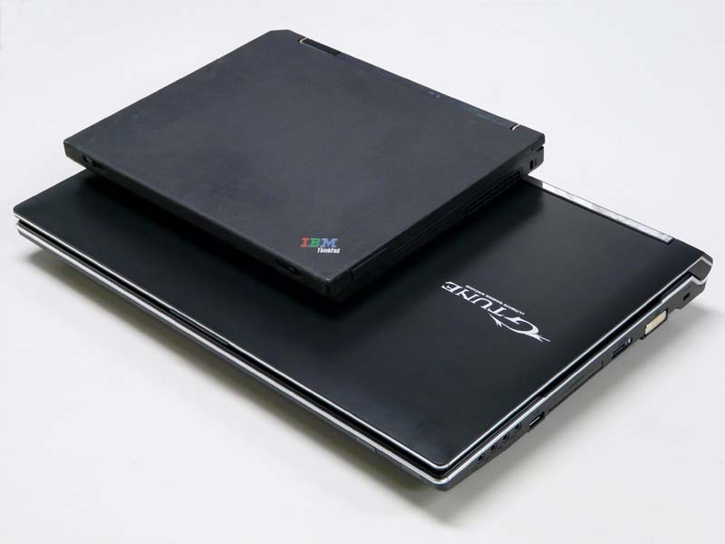 ThinkPad X31との比較。17.3型と12.1型のパネルサイズの違いもあり、その差はご覧の通り
