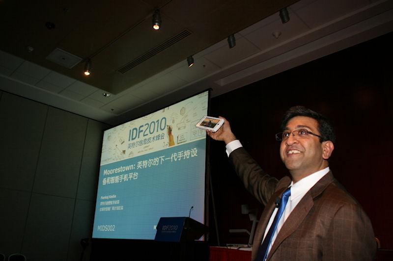 テクニカルセッションの1コマ。このセッションはMoorestownに関するセッションで、米国Intelのマーケティングディレクターが実際の機器を見せながら技術的な解説をする