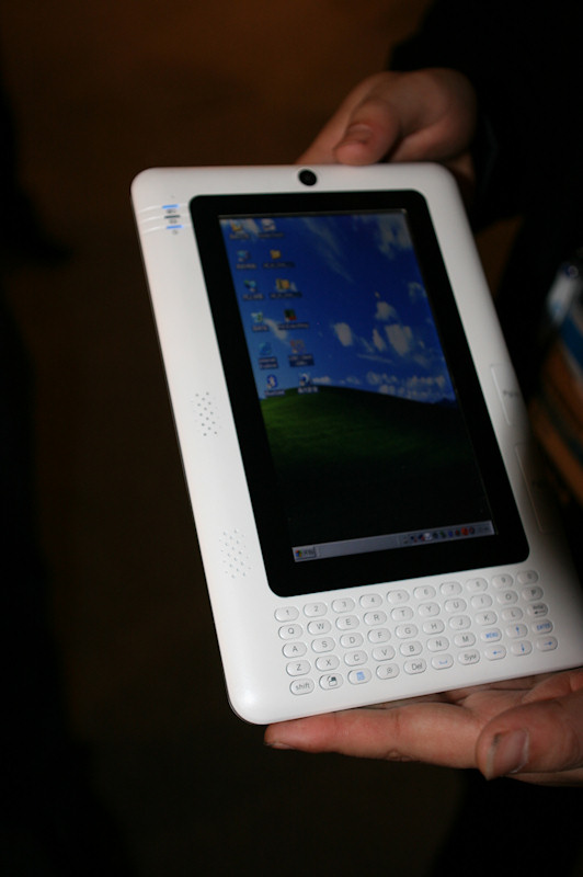 メーカー名、製品名とも不詳のWindowsタブレット。Windows XPを搭載しており、縦長の液晶と、下部には小型のキーボードも用意されている。趣はKindle Windows版という感じだ