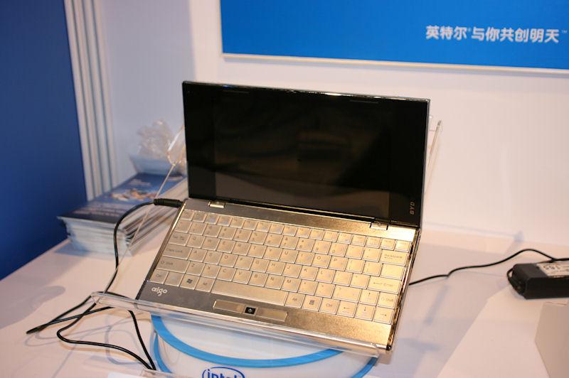 AigoのBYD M09AS。VAIO Pによく似たデザインだが、ポインティングデバイスなどが異なっている