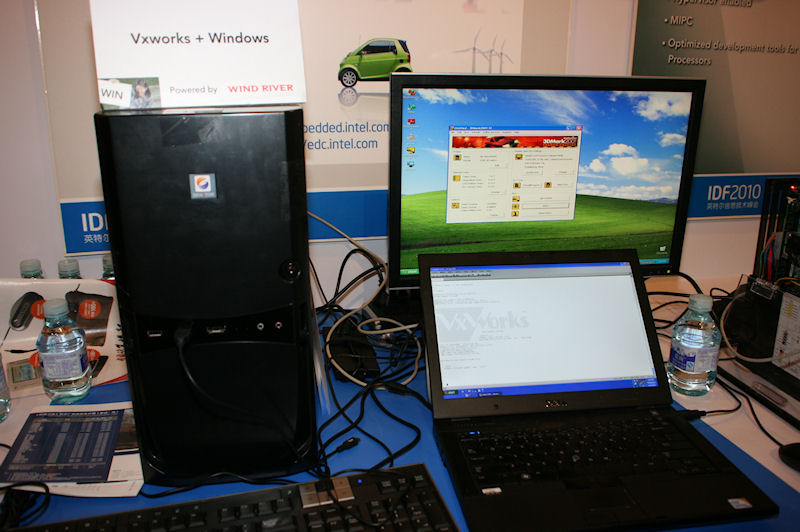 WIND RIVERのハイパーバイザーのデモ。ハイパーバイザーの上でVxWorksとWindowsが並列して動作しているので、Windows OSに問題が起こっても再起動しても、VxWorksは問題なく動き続ける