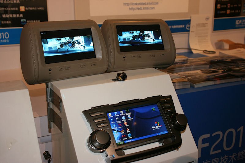 Hazen Auto ElectornicsはWindows XP Professionalが動作するIVIシステム。後部座席用ヘッドレストのディスプレイもAtomの基板から出力