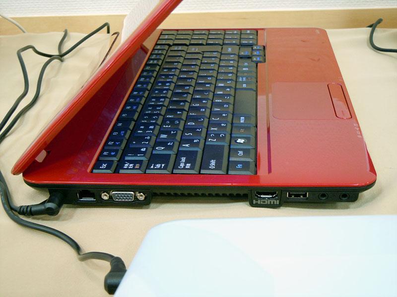 左側面にはEthernet、ミニD-Sub15ピン、HDMI、USB 2.0、音声入出力などを備える
