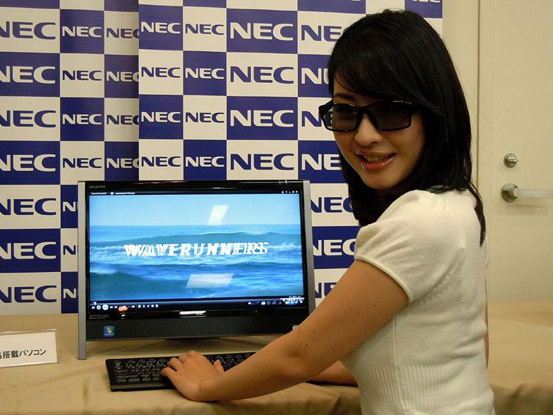 参考展示された3D液晶搭載一体型。メガネは偏光式