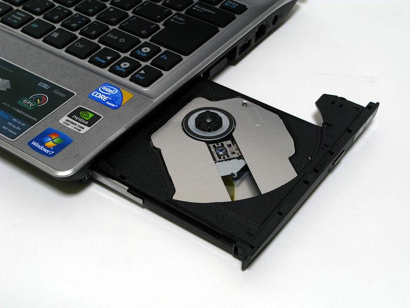 本体右側面にDVDスーパーマルチドライブを搭載。HDDと合わせて2スピンドル構成をとる