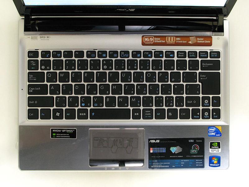 キーボードはアイソレーションタイプ。シルバーのボディに黒いキートップ、白の刻印で視認性は良好。レイアウトもクセは無い