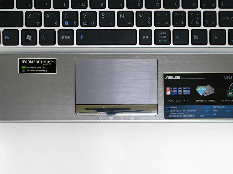 タッチパッドはマルチタッチに対応。クリックボタンは左右一体型でシルバーメッキが施されている