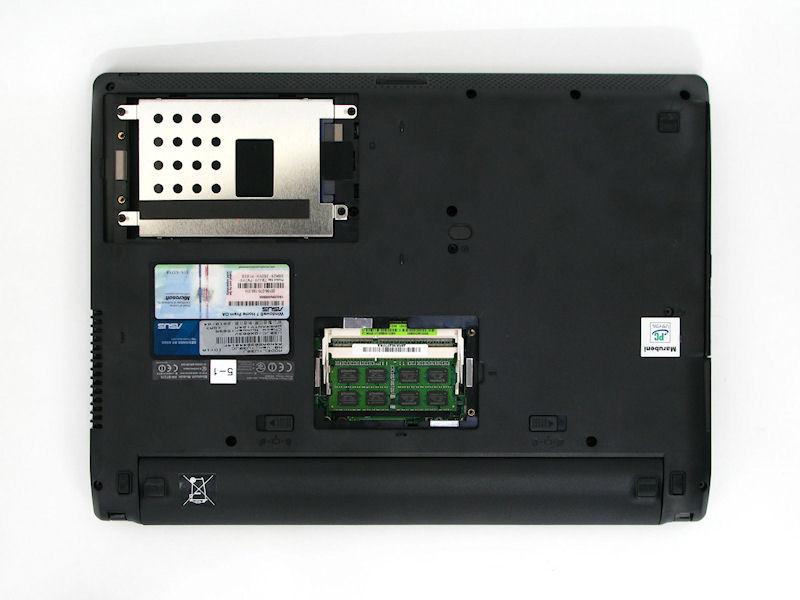 底面には2つのベイがあり、1つがメモリスロット、もう1つがHDDベイとなる。HDDはSATA接続の2.5型、メモリはDDR3 SO-DIMMスロットが2基重なっている