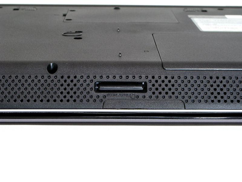 本体前面中央にはSDカード/MMC/メモリースティック対応のカードリーダを備える