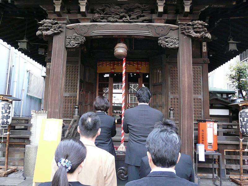 新たなサービス開始を前に、石渡裕江統括部長をはじめとする関係者がソニーマーケティング本社の高山稲荷神社で成功の祈願をした