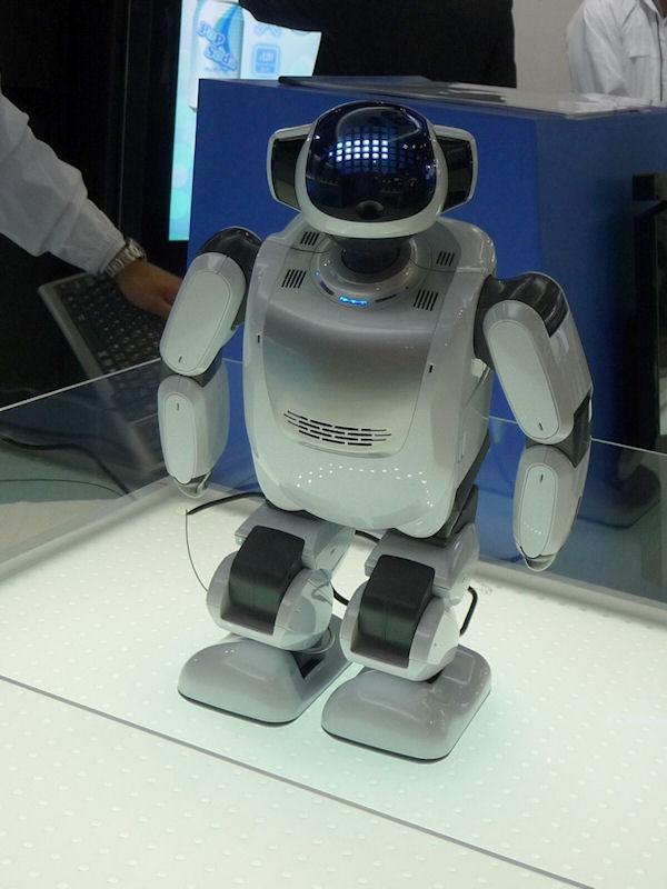 2足歩行ロボット「Palro」。身長は約39.8cm。体重は約1.6kg(バッテリ含む)とかなり軽い