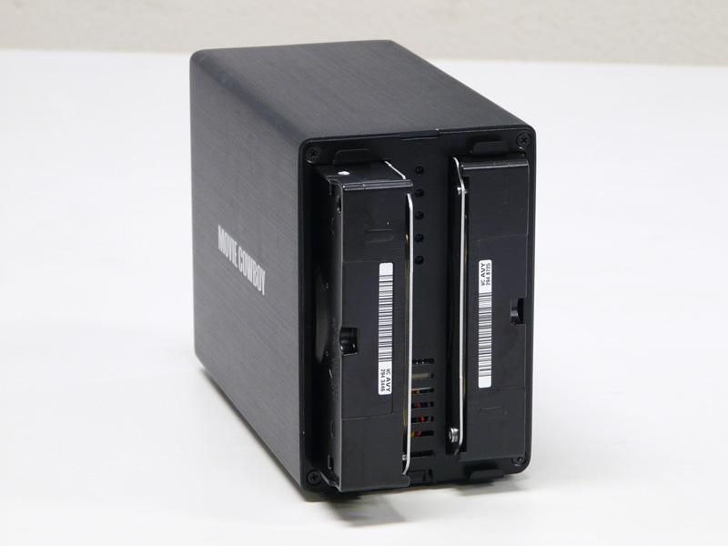HDDを2台装着。HDDをそのままコネクタの位置を合わせて入れる