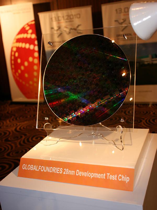 会場に展示されたGLOBALFOUNDRIESの28nmプロセスルールで製造されたテストチップ