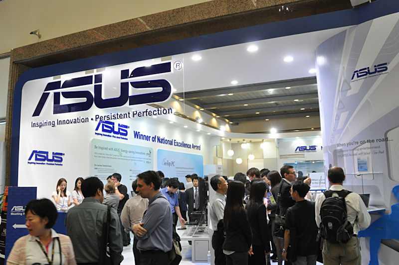 ASUSTeKブースは今回、自作パーツなどを展示するブースと、ノートPCなどのシステムを展示するブースが通路を挟んで分かれるスタイルをとった