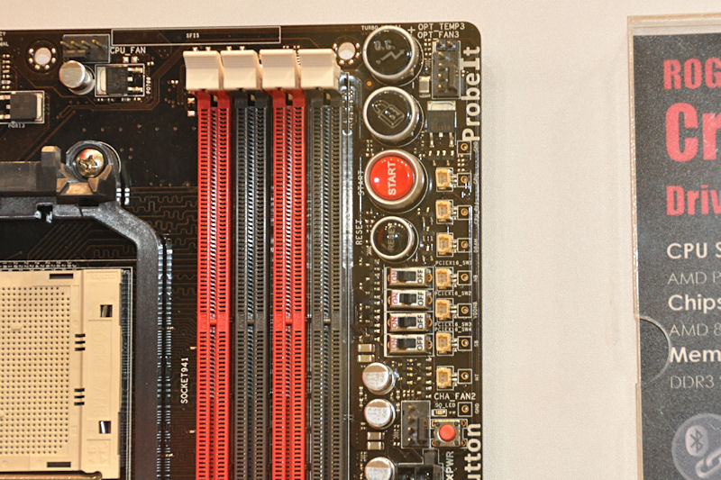 Core Unlockerなどのボタンの下に、四つのON/OFFスイッチがあるが、これがPCI Express x16スロットの無効化スイッチ