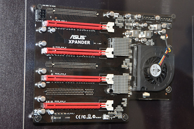 nForce 200を2個搭載するR.O.G. Xpander。Rampage III ExtremeのPCI Express x16スロット×2基に装着して使用する。