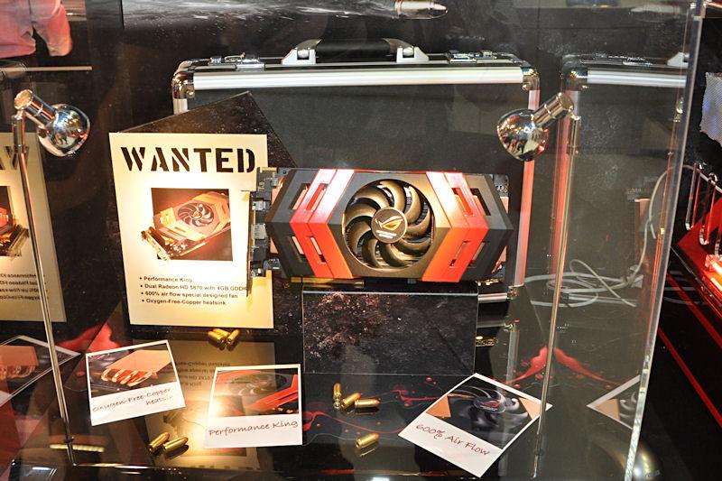 Radeon HD 5870を2基搭載する「ARES」。背後にあるアタッシュケースに入れて全世界1,000台限定で発売される