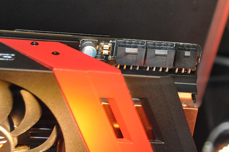 電源端子は8ピン×2、6ピン×1となっている。ボード消費電力の最終スペックは750Wになったとのこと