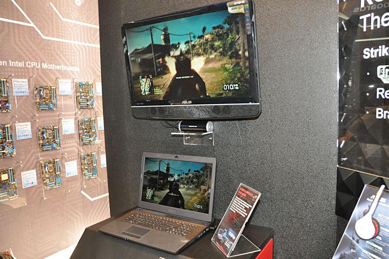 G73JWには、WiFiを利用した映像のワイヤレス転送アダプタも付属するとのこと