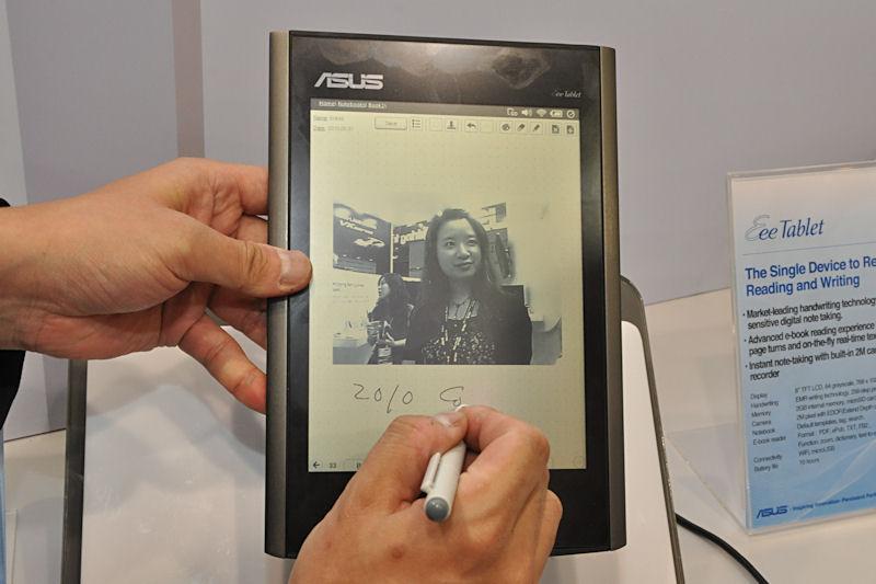 モノクロ液晶を採用するEee Tablet。カメラで撮影した映像に手書きメモを加えたり、音声を録音することができる。このほか複数のフォーマットのファイル表示が可能